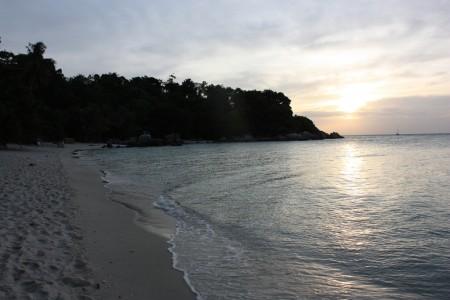 Le soleil se couche sur la plage de Koh Lipe