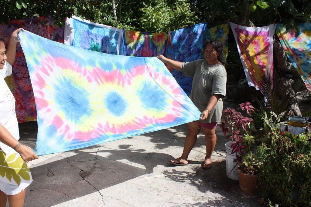 Fabrication artisanale de paréos à Bora Bora en Polynésie