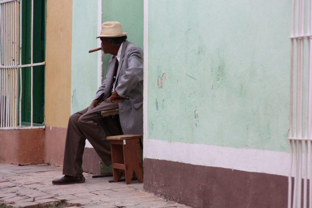 Fumeur de cigares à Trinidad à Cuba