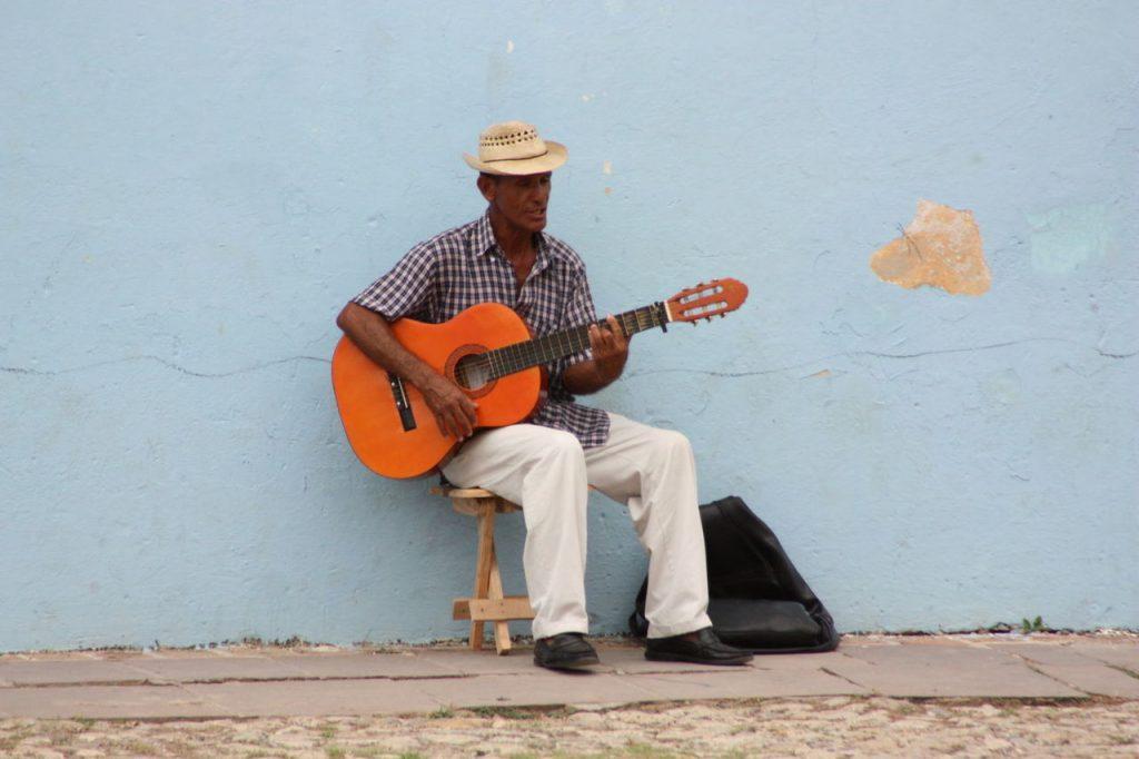 Joueur de musique à trinidad à Cuba